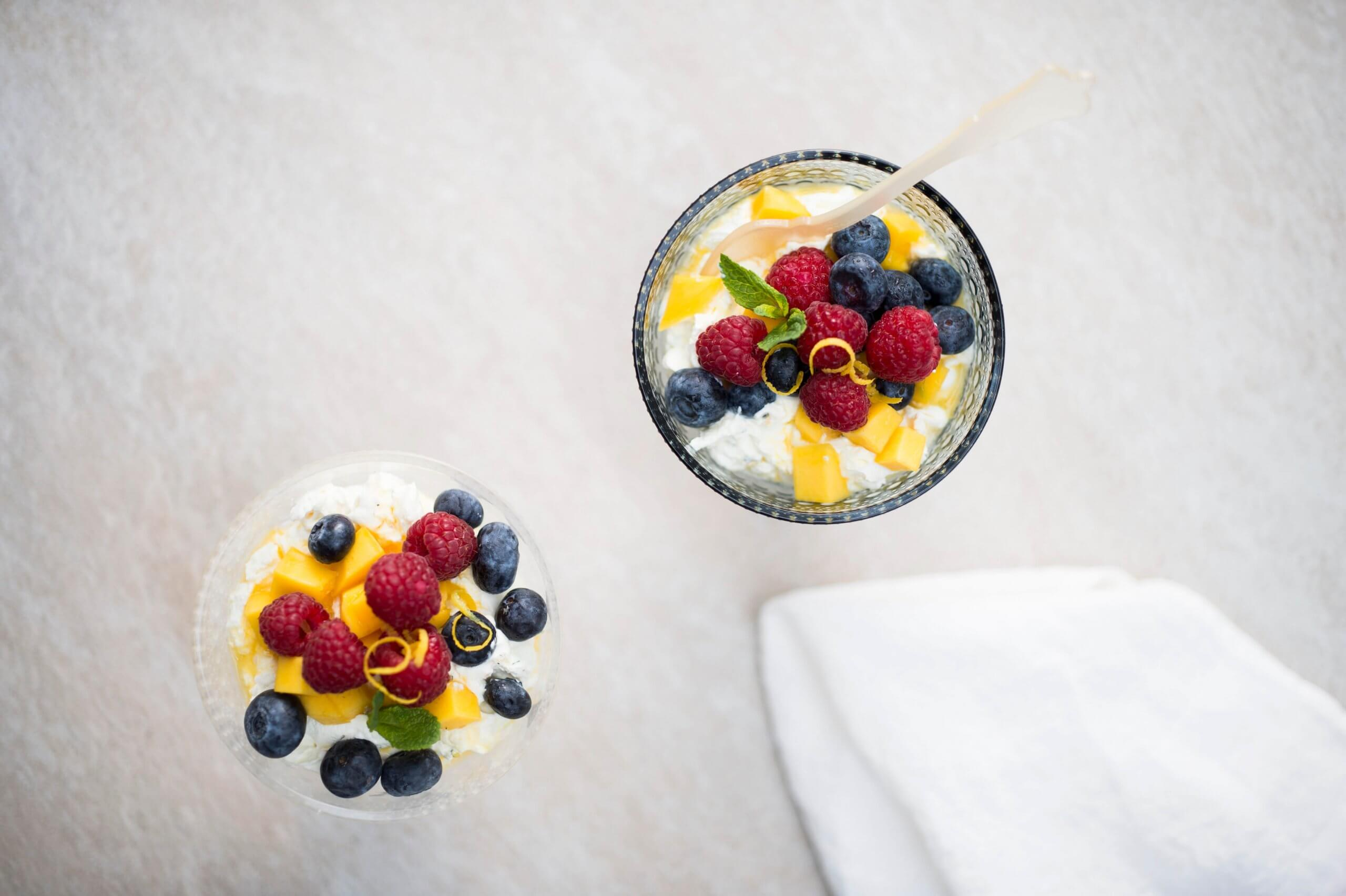 Fruitsalade met citrus-hangop