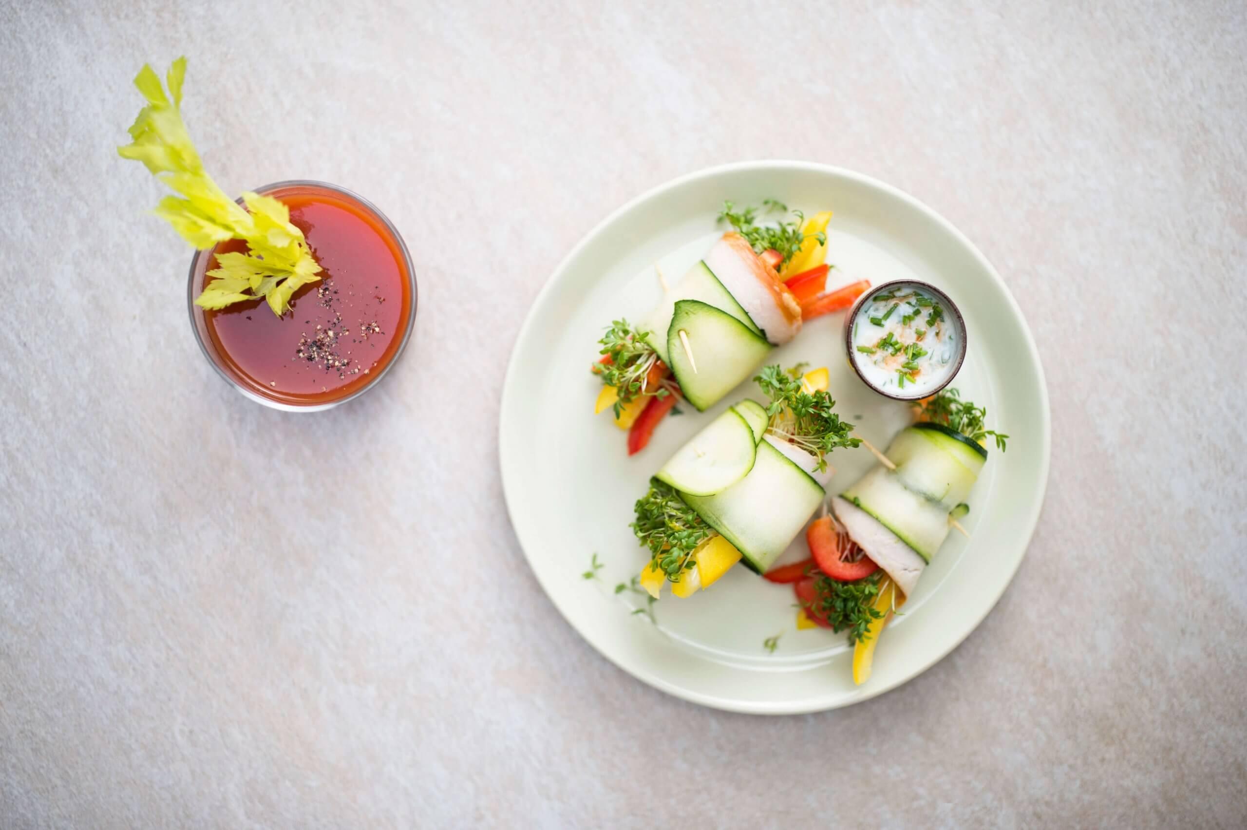 Courgetterolletjes van gerookte kip en paprika met een knoflook/yoghurtdressing