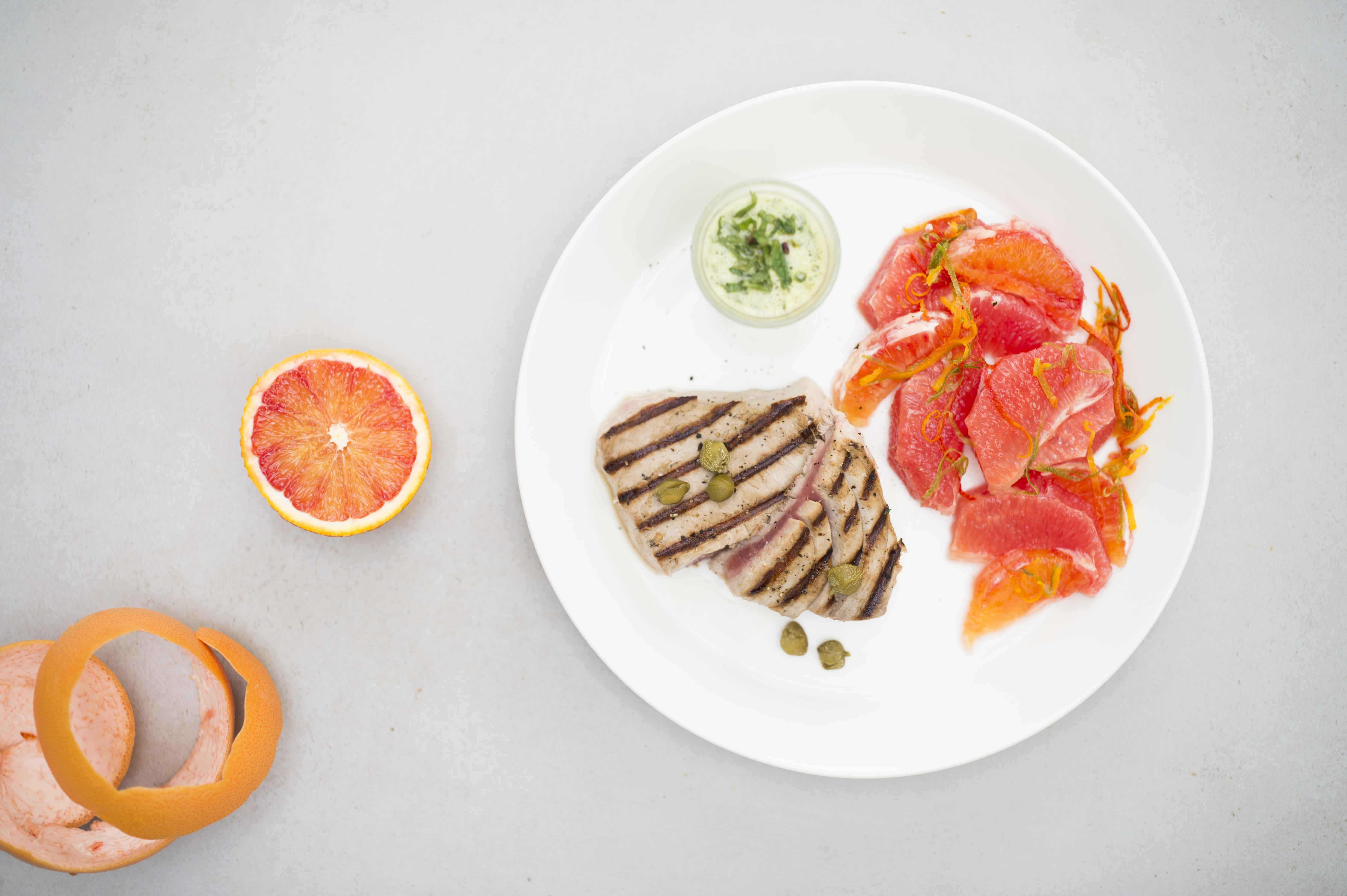 Gegrilde tonijn met citrusdressing en groene salsa