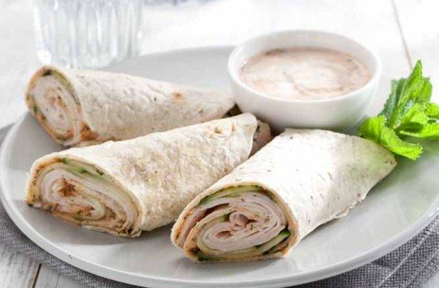 Wrap met kip en yoghurt-knoflooksaus