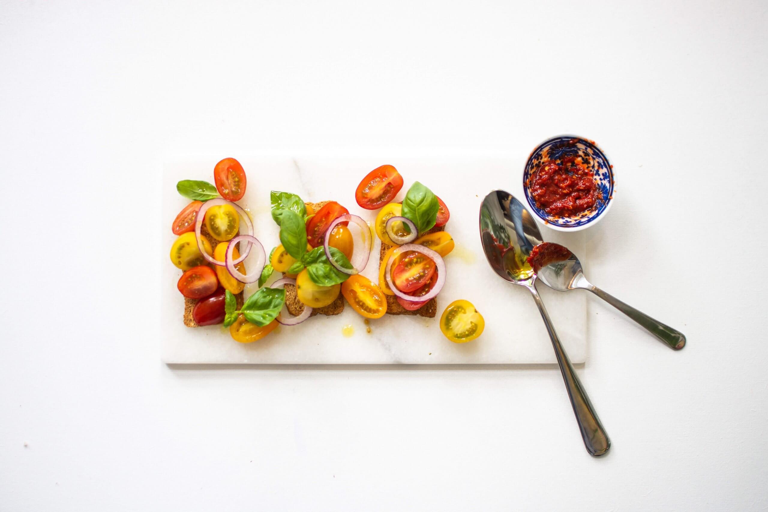Pittige tomaatsalade op toast