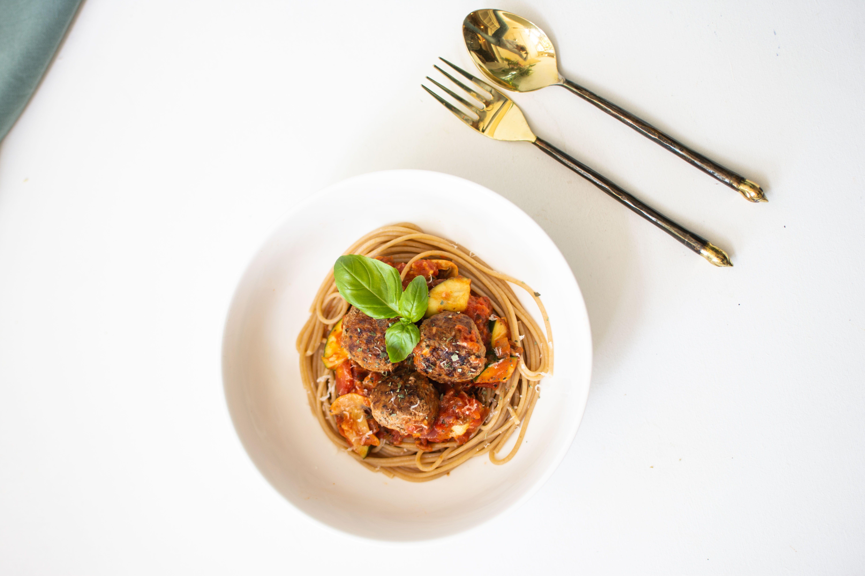 Volkoren spaghetti met italiaanse balletjes in tomatensaus