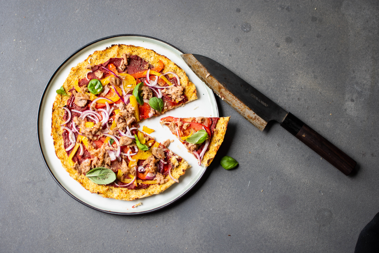 Bloemkoolpizza met verse groenten en tonijn