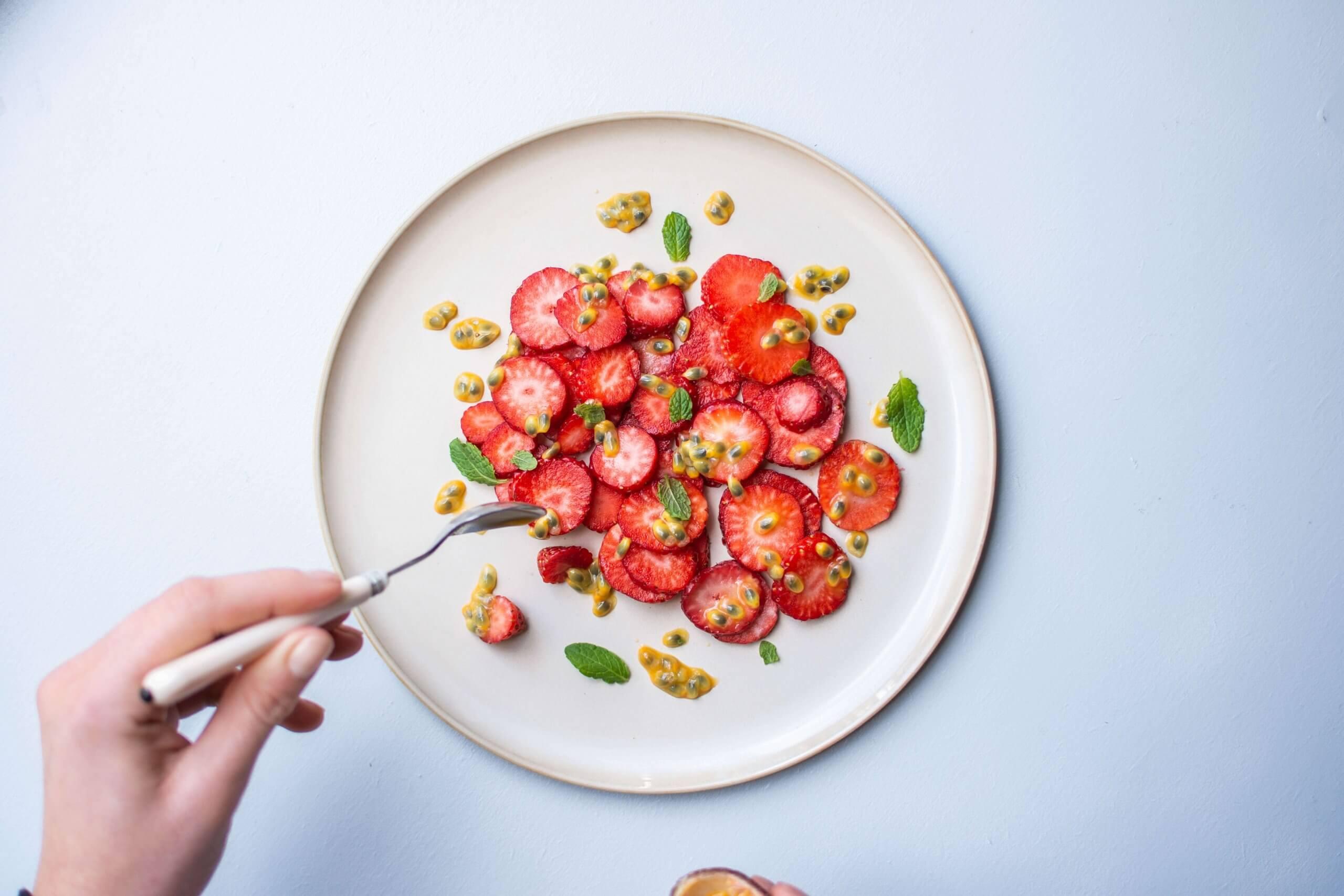 Passievruchtgenot met verse aardbeien