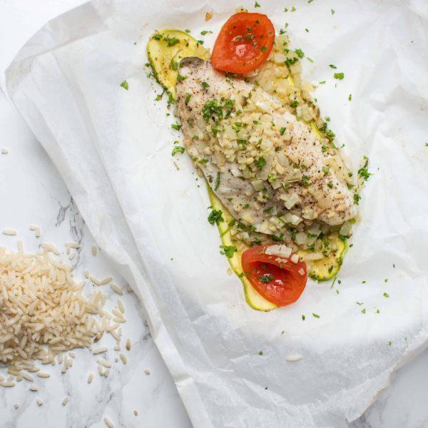 """Doradefilet met courgette, tomaten, rode ui """"en papillotte"""" uit de oven"""