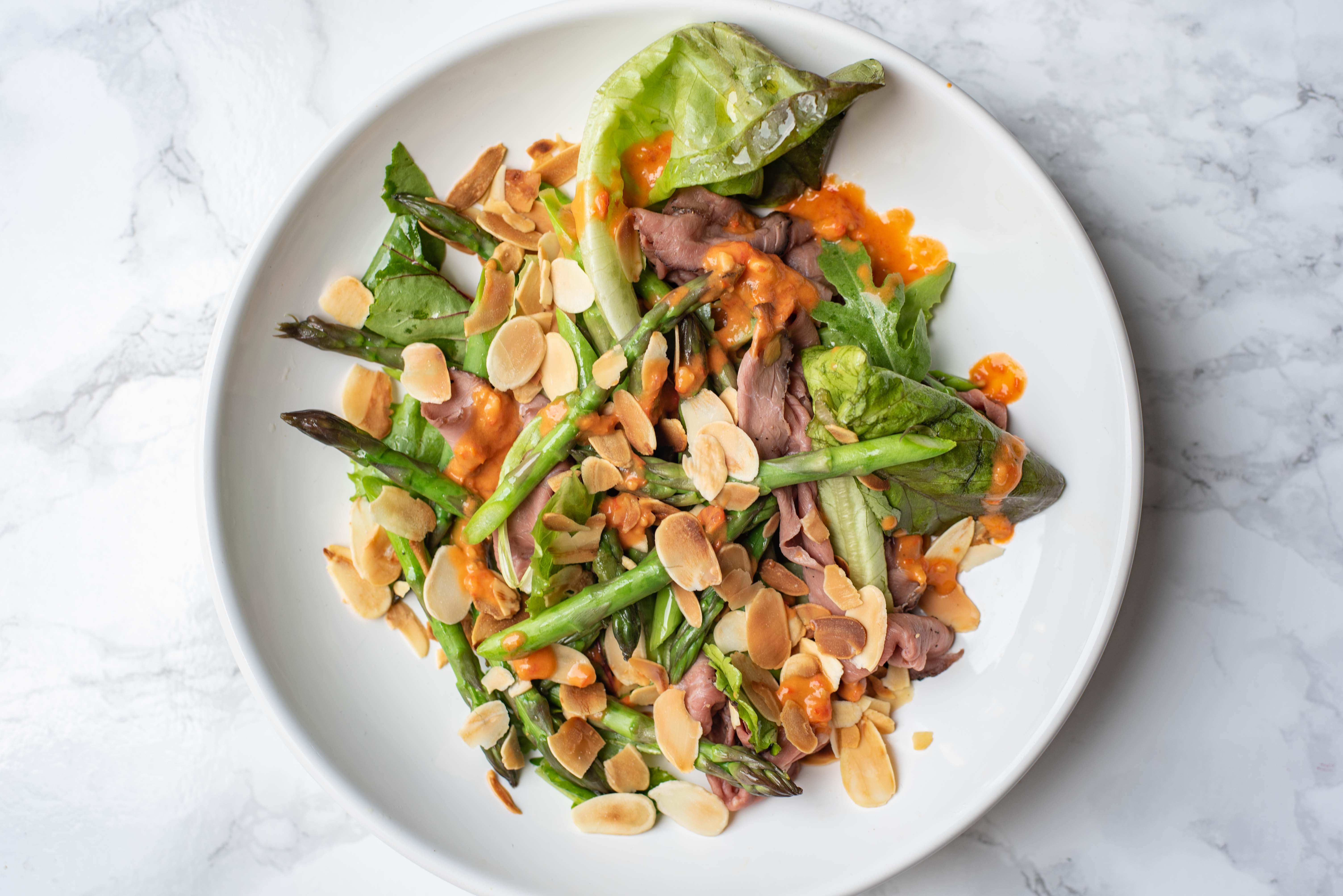 Salade met groene asperges, rosbief en geschaafde amandel