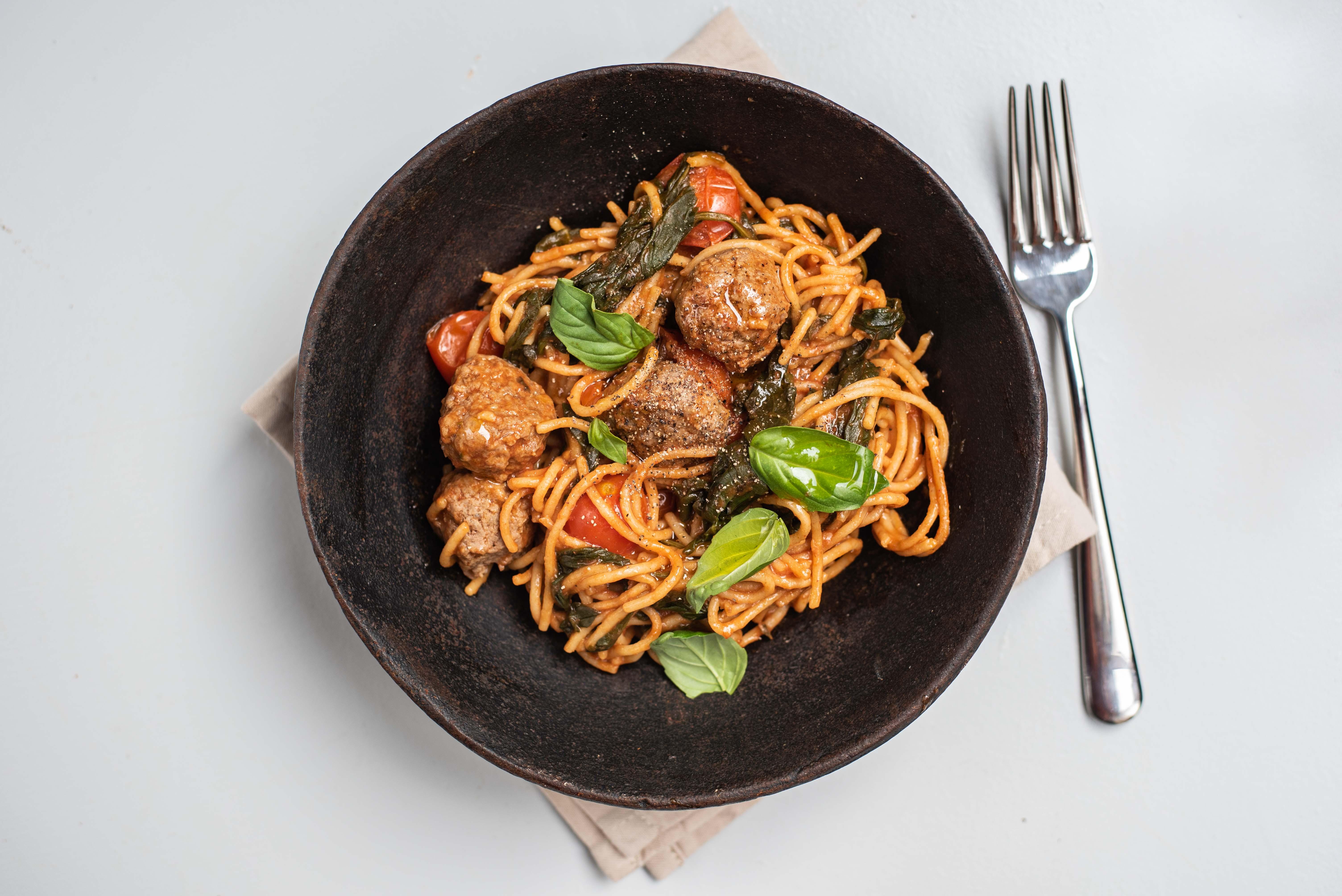Volkoren spaghetti met tartaarballetjes, spinazie en cherrytomaatjes