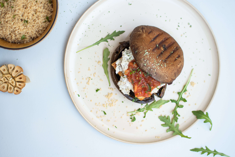"""Portobello """"steak"""" met tofu en couscous"""