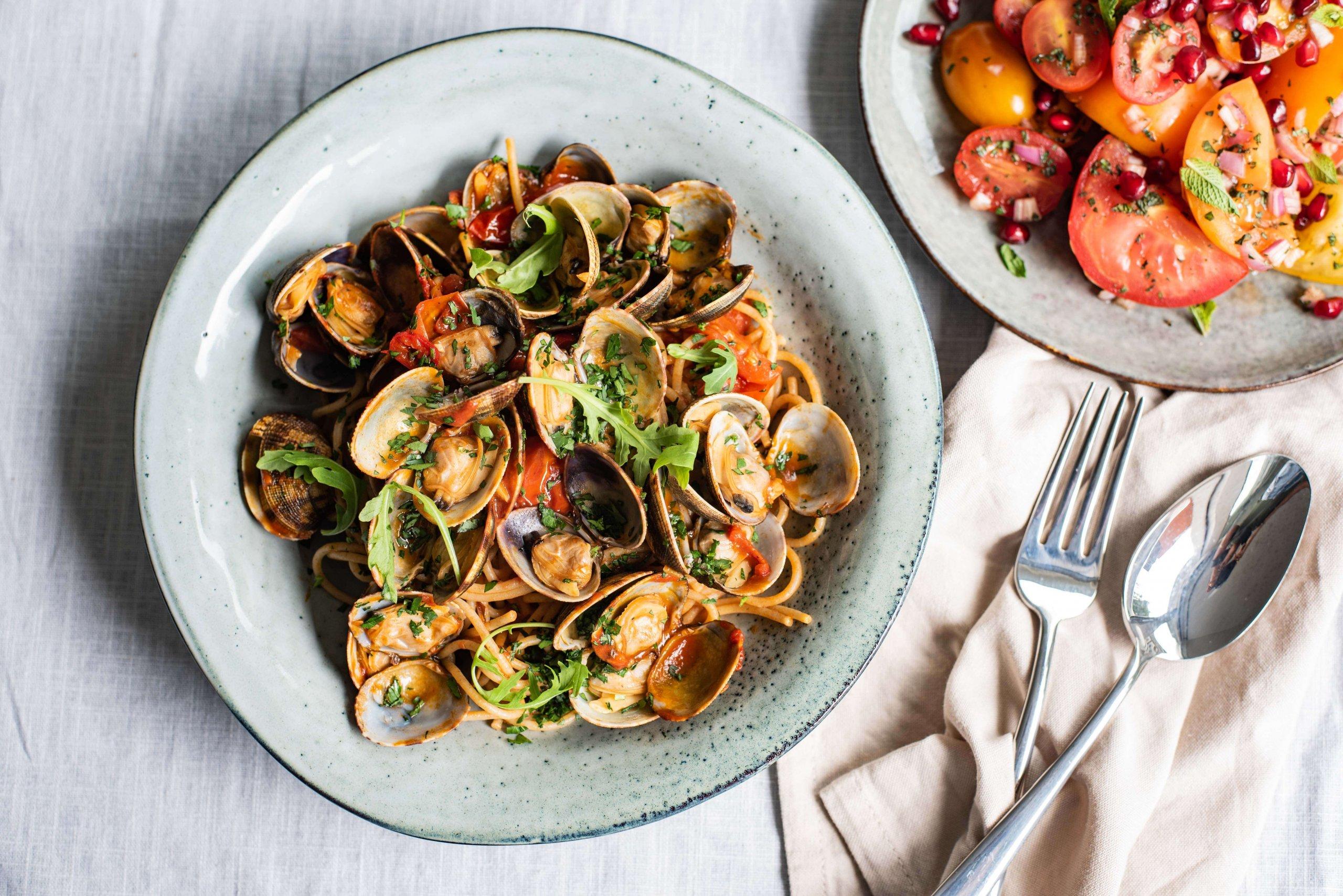 Spaghetti vongole met tomaten-muntsalade