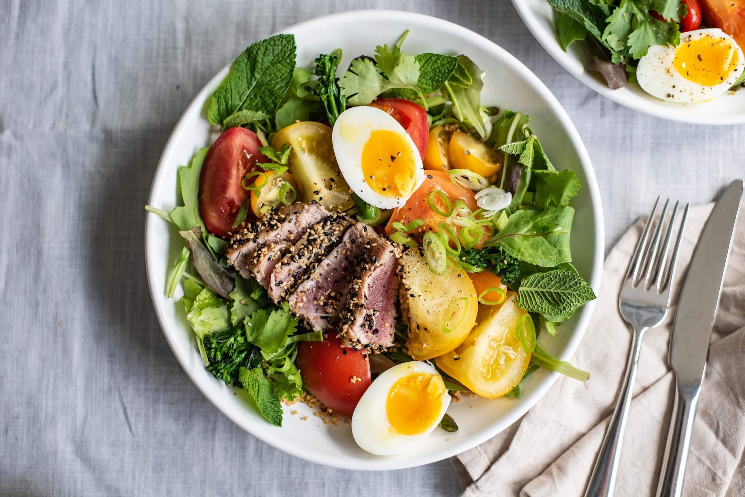 Powersalade met tonijn, kruidige couscous en ei