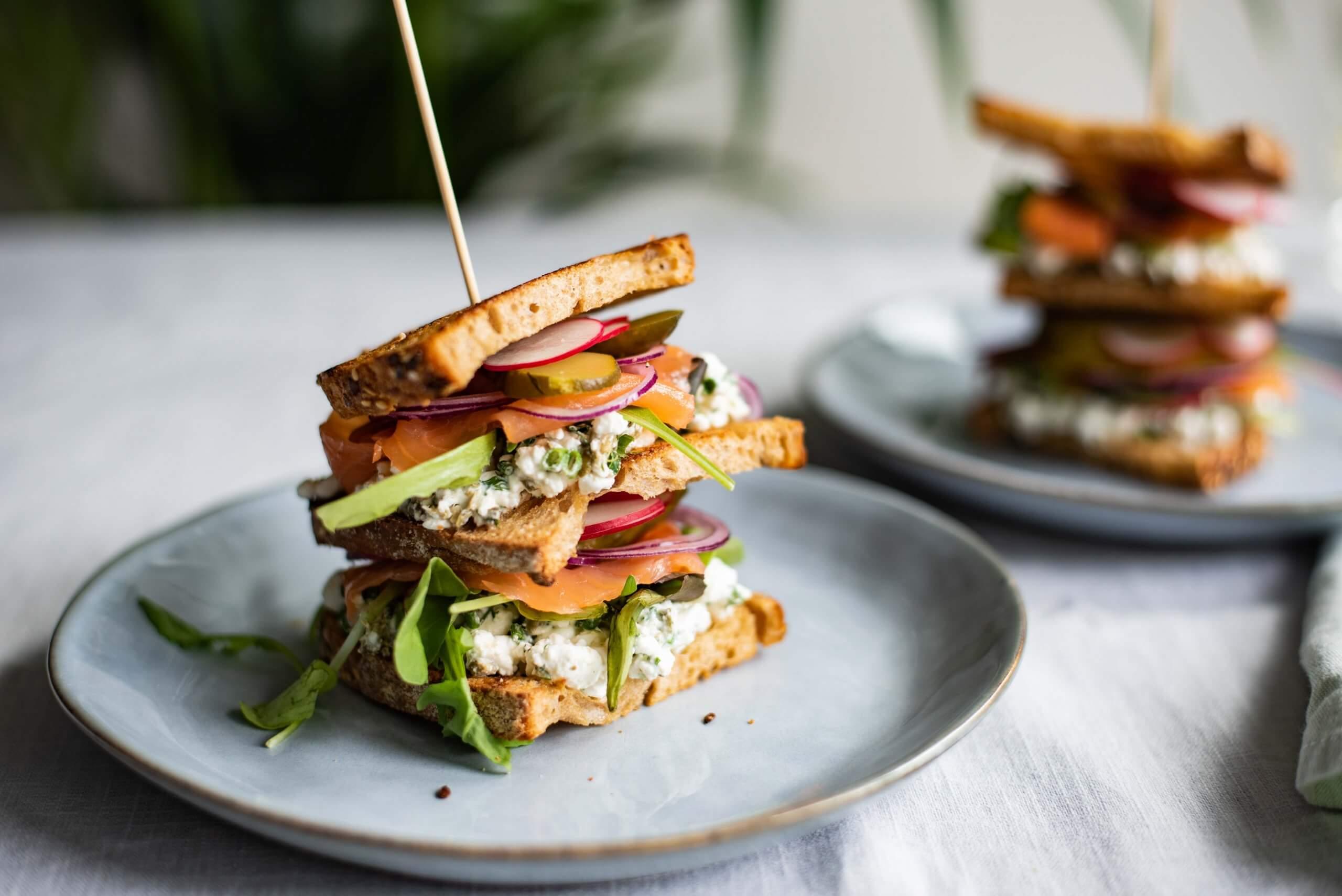 Clubsandwich met zalm en dille-Hüttenkäsespread