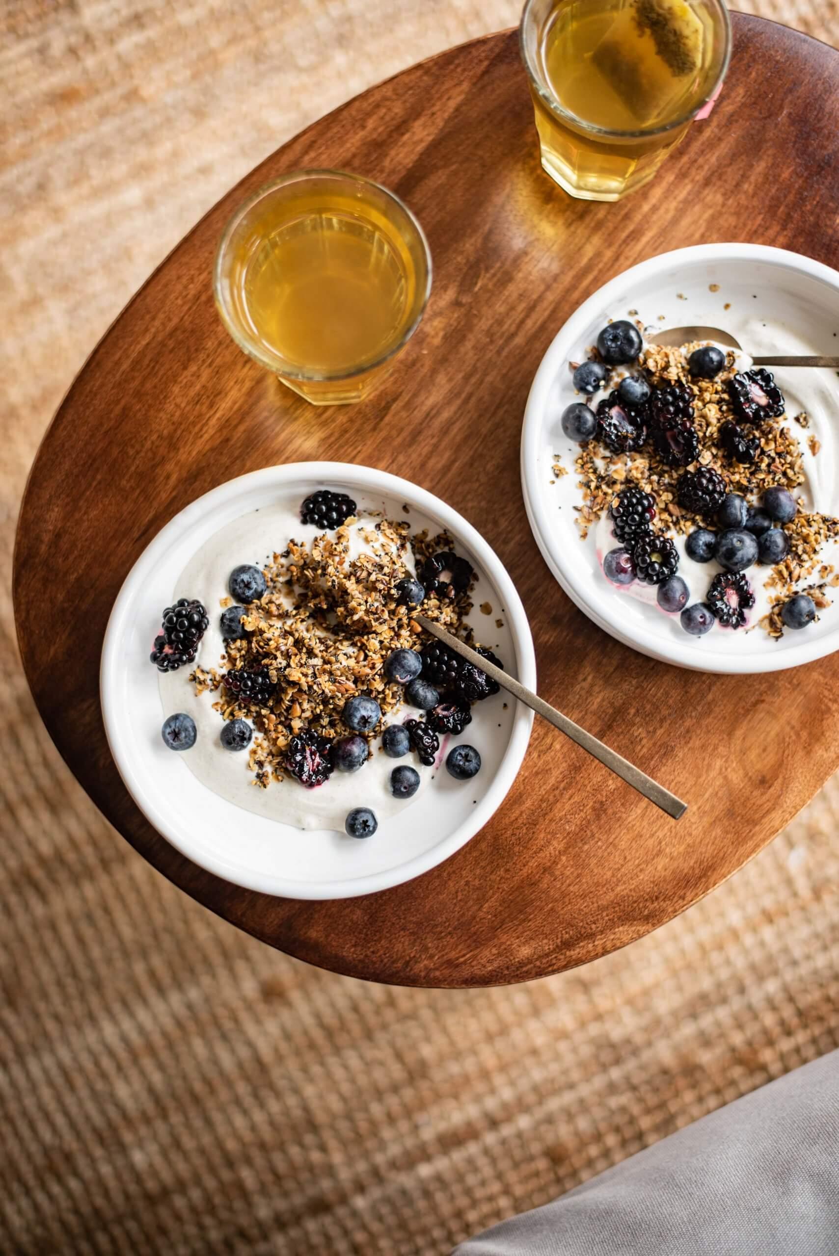Kardemomyoghurt met verse bramen en granola