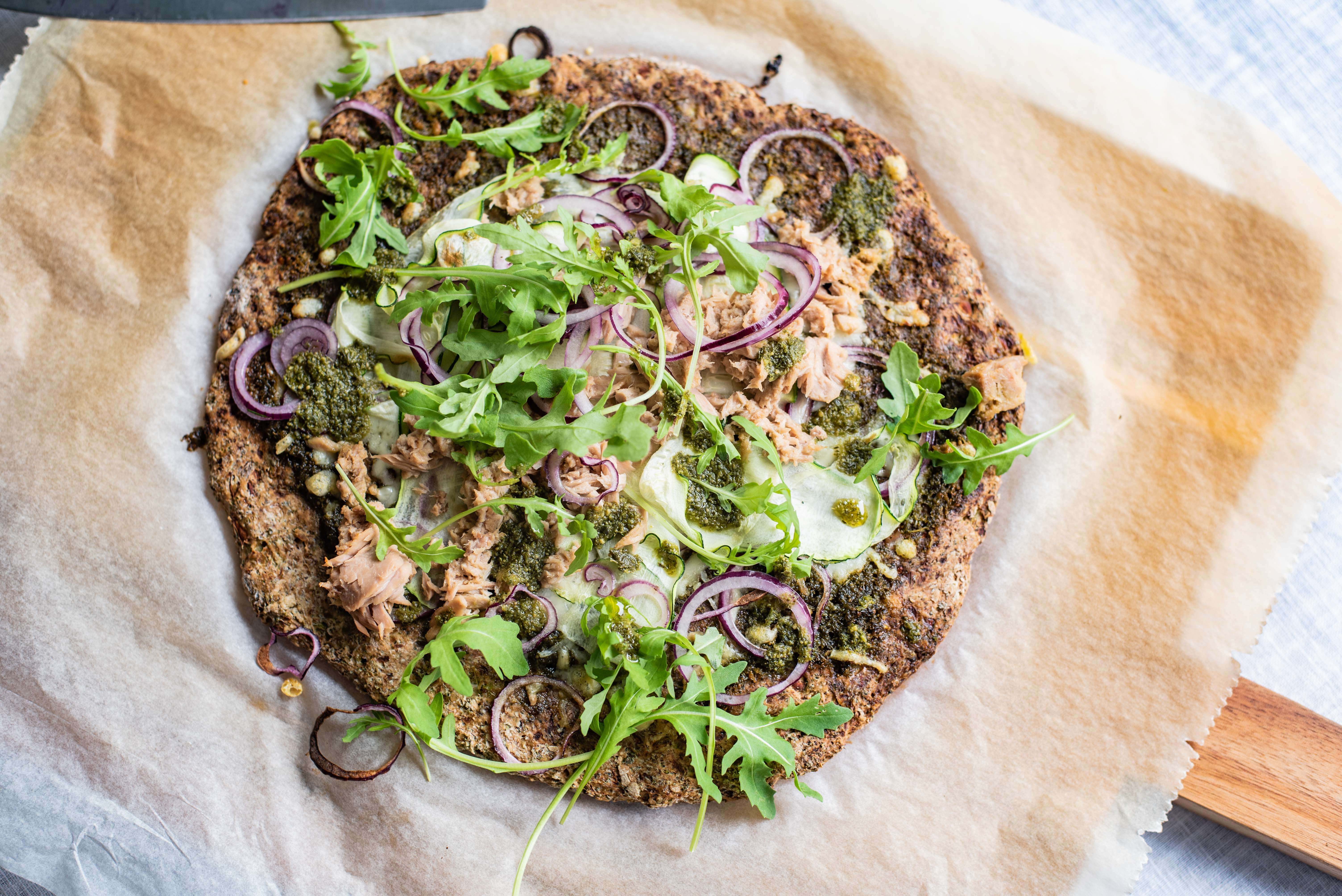 Broccolipizza met verse groente en tonijn