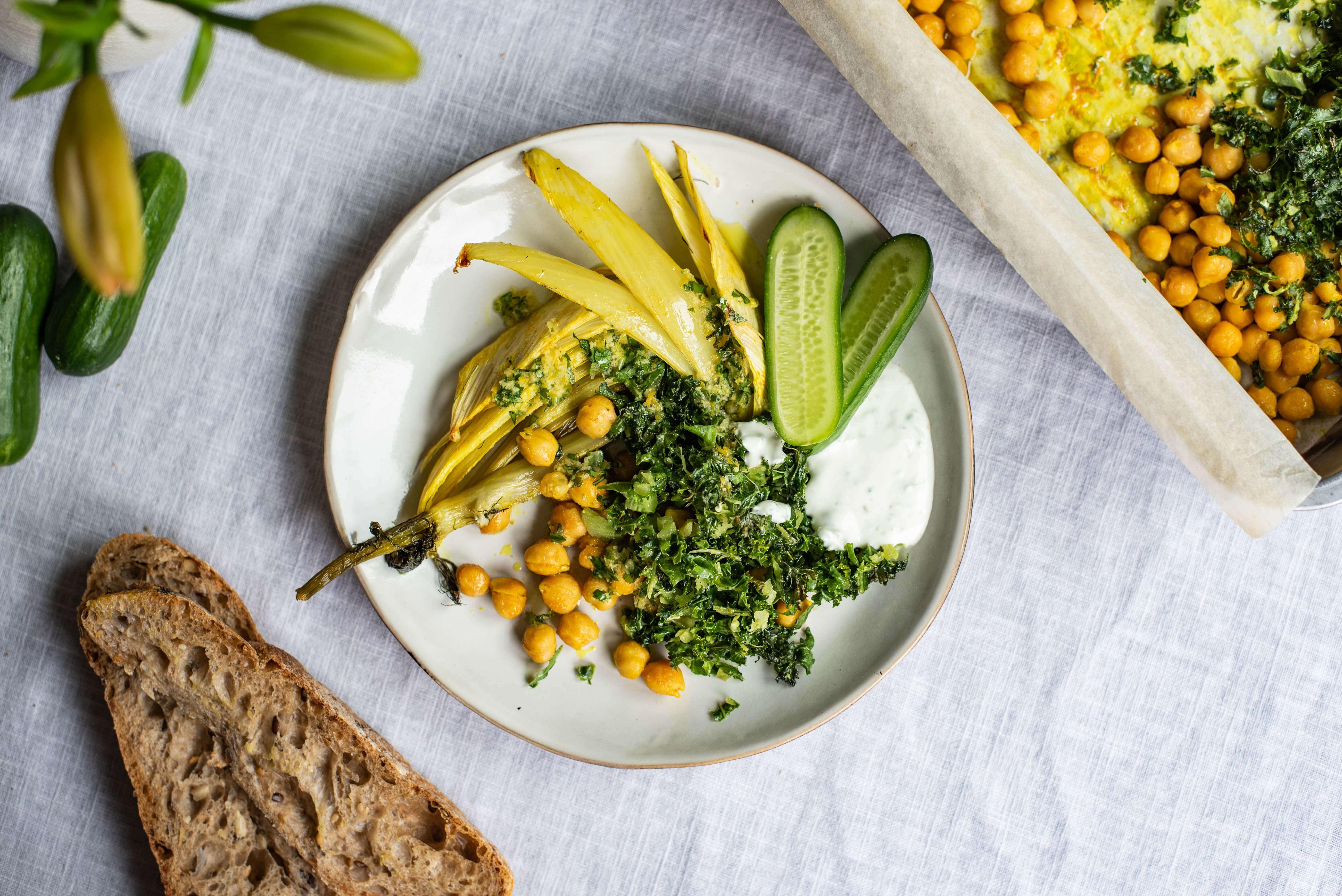 Lauwwarme boerenkoolsalade met venkel, kikkererwten en kurkumamarinade