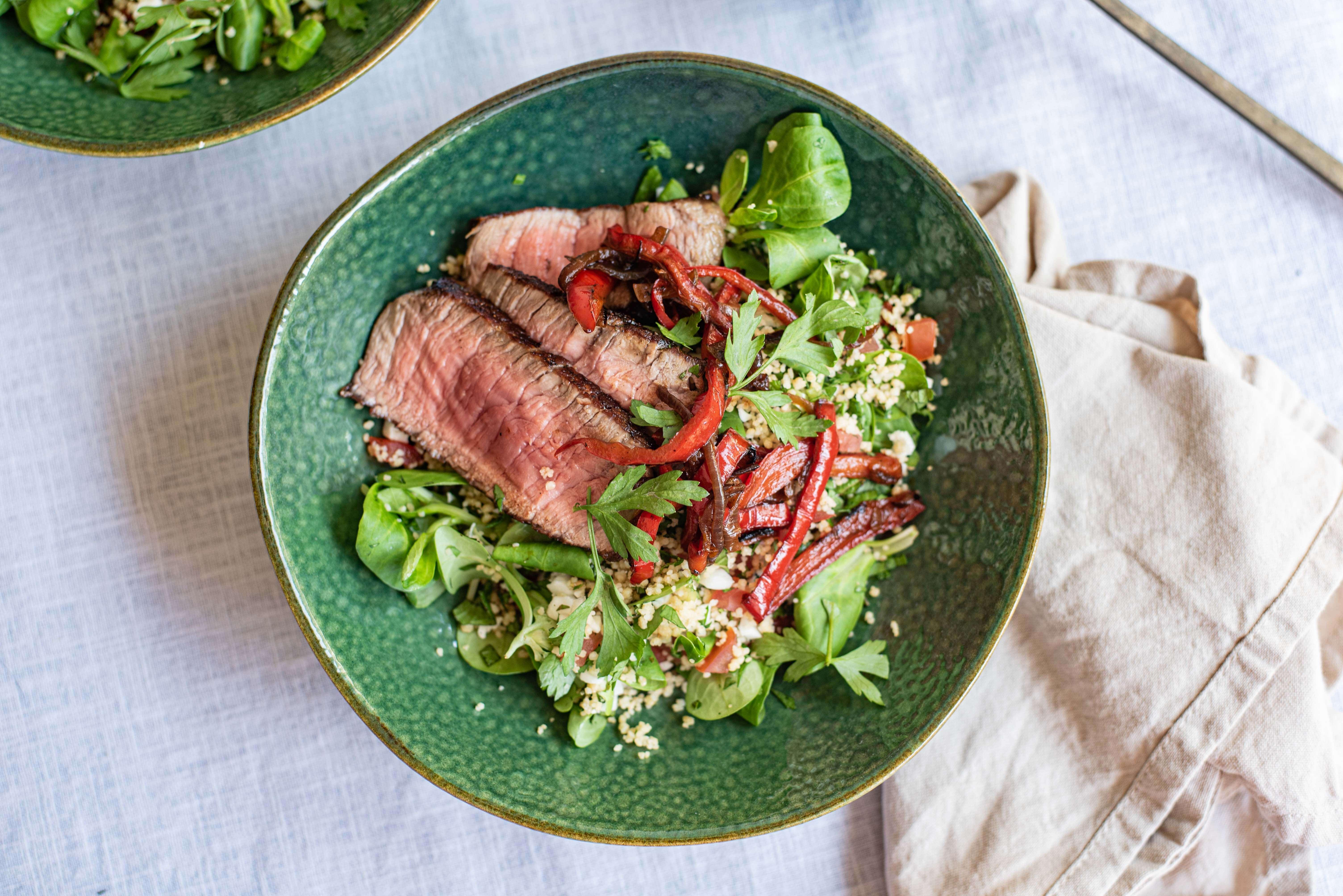 Lauwwarme couscoussalade met biefstuk en verse kruiden