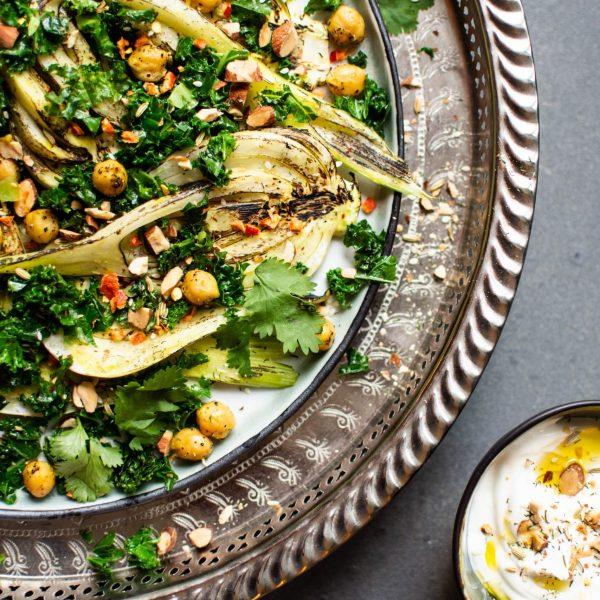 Lauwwarme salade van geroosterde venkel, kikkererwten en boerenkool met kurkuma marinade