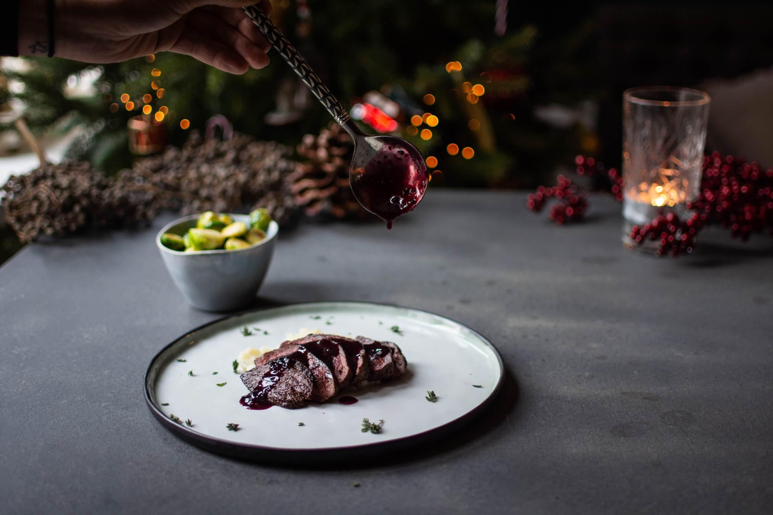 Hertenbiefstuk met rode wijnsaus, spruitjes met balsamico/knoflookmarinade en knolselderijpuree