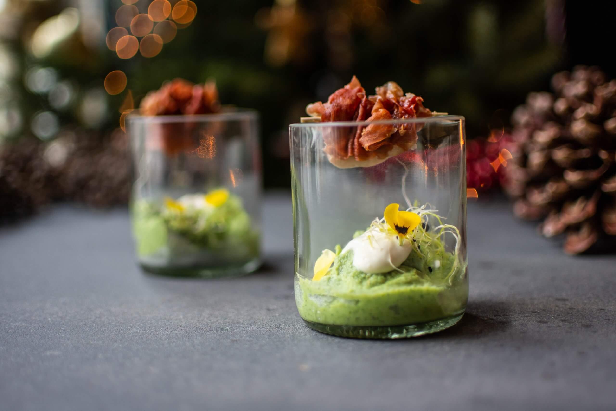 Broccolimousse met een Ardennenham spiesje