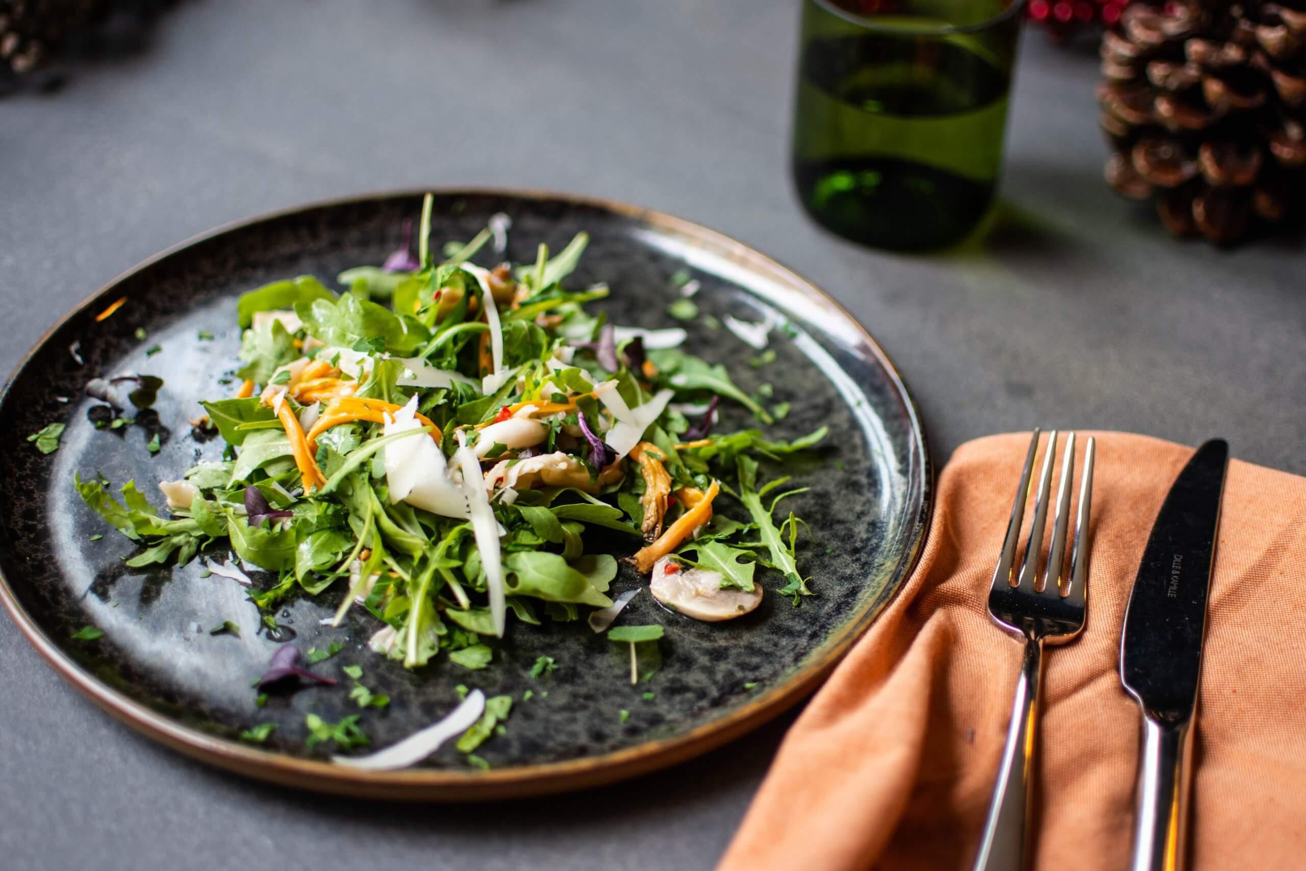 Salade van rucola en geblancheerde paddenstoelen