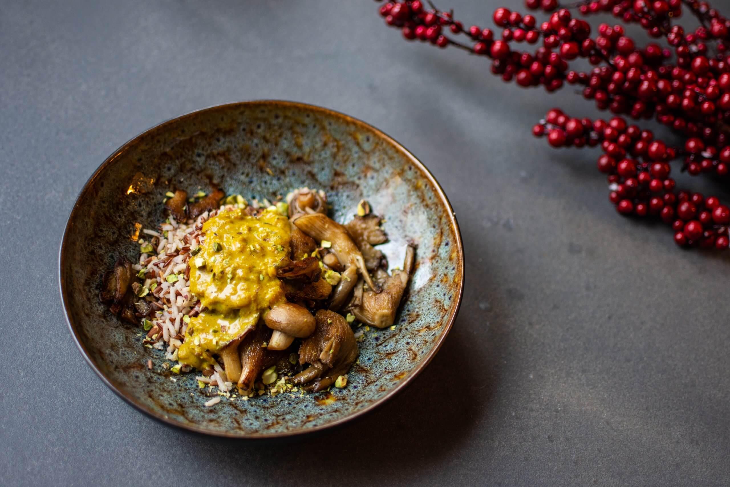 Timbaaltje van wilde rijst, gehakte noten, kerriesaus, oesterzwammen en spinazie