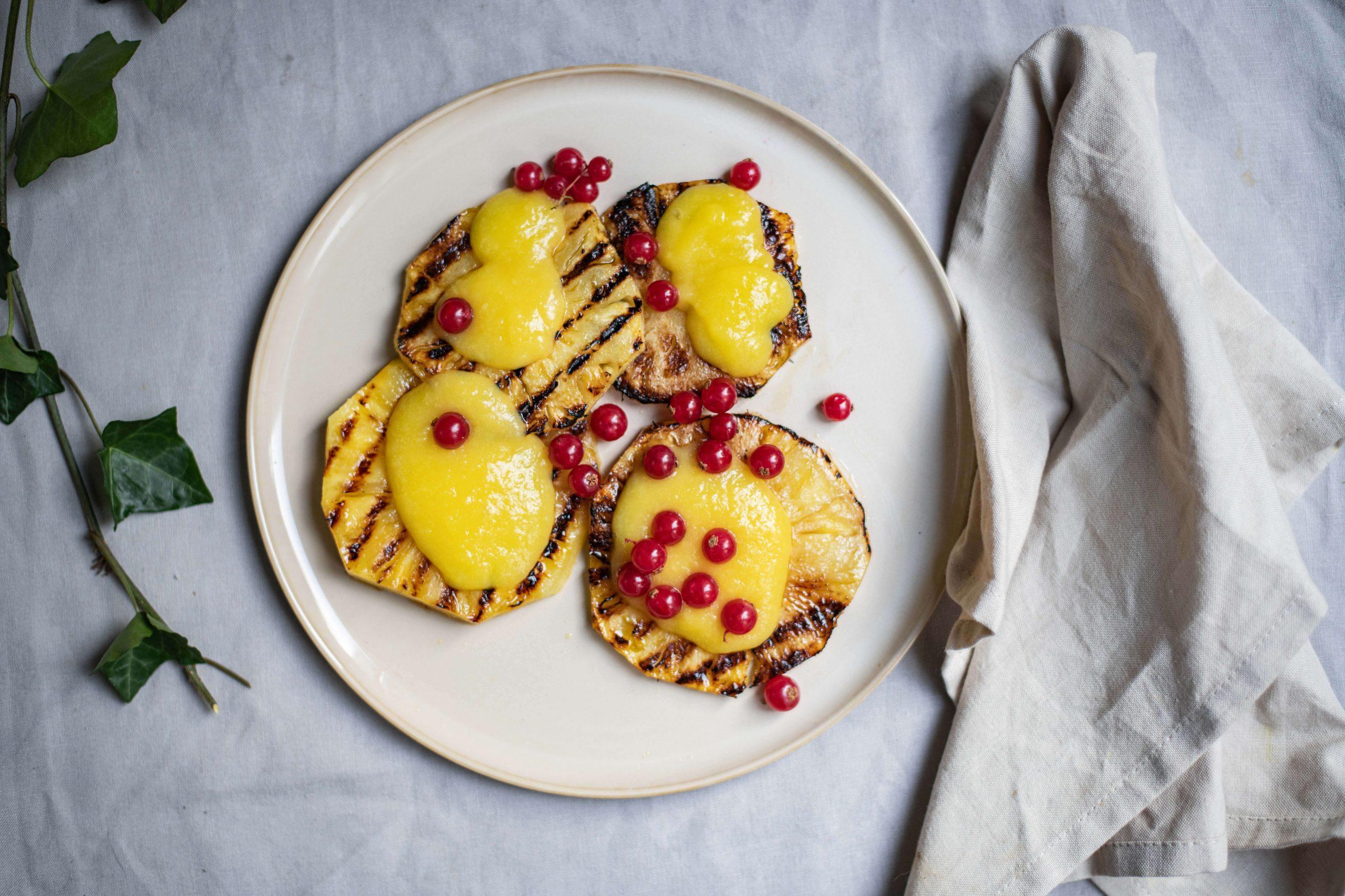 Gegrilde ananas met mangosaus en rode bessen