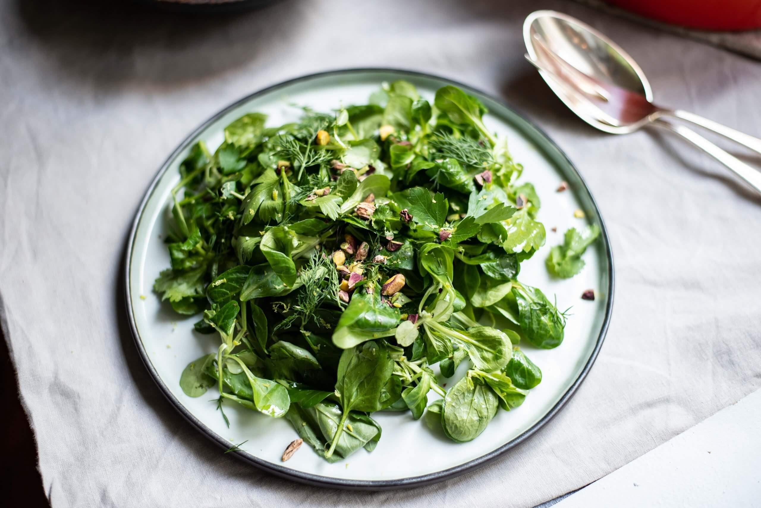 Kruidige groene salade met waterkers en pistachenoten