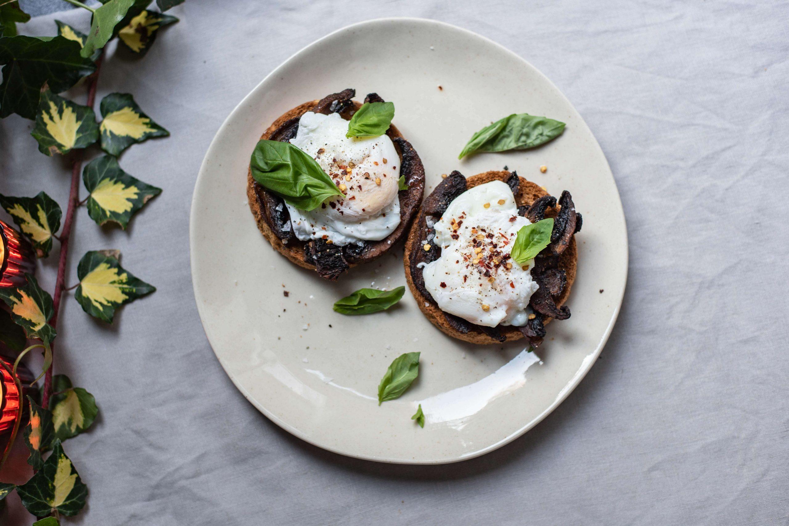 Portobello's met volkoren toast en gepocheerd ei