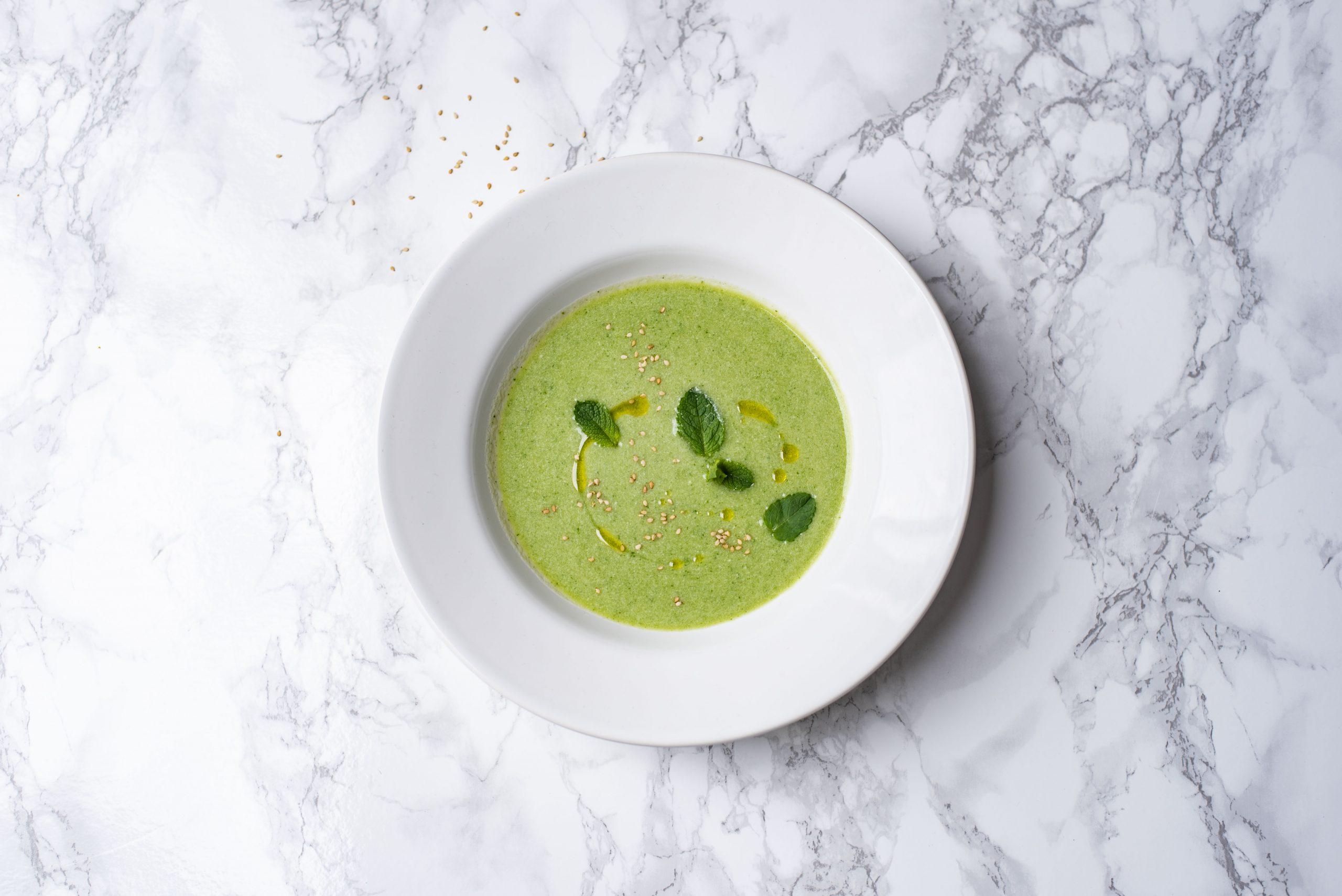 Frisse yoghurtsoep met komkommer en munt