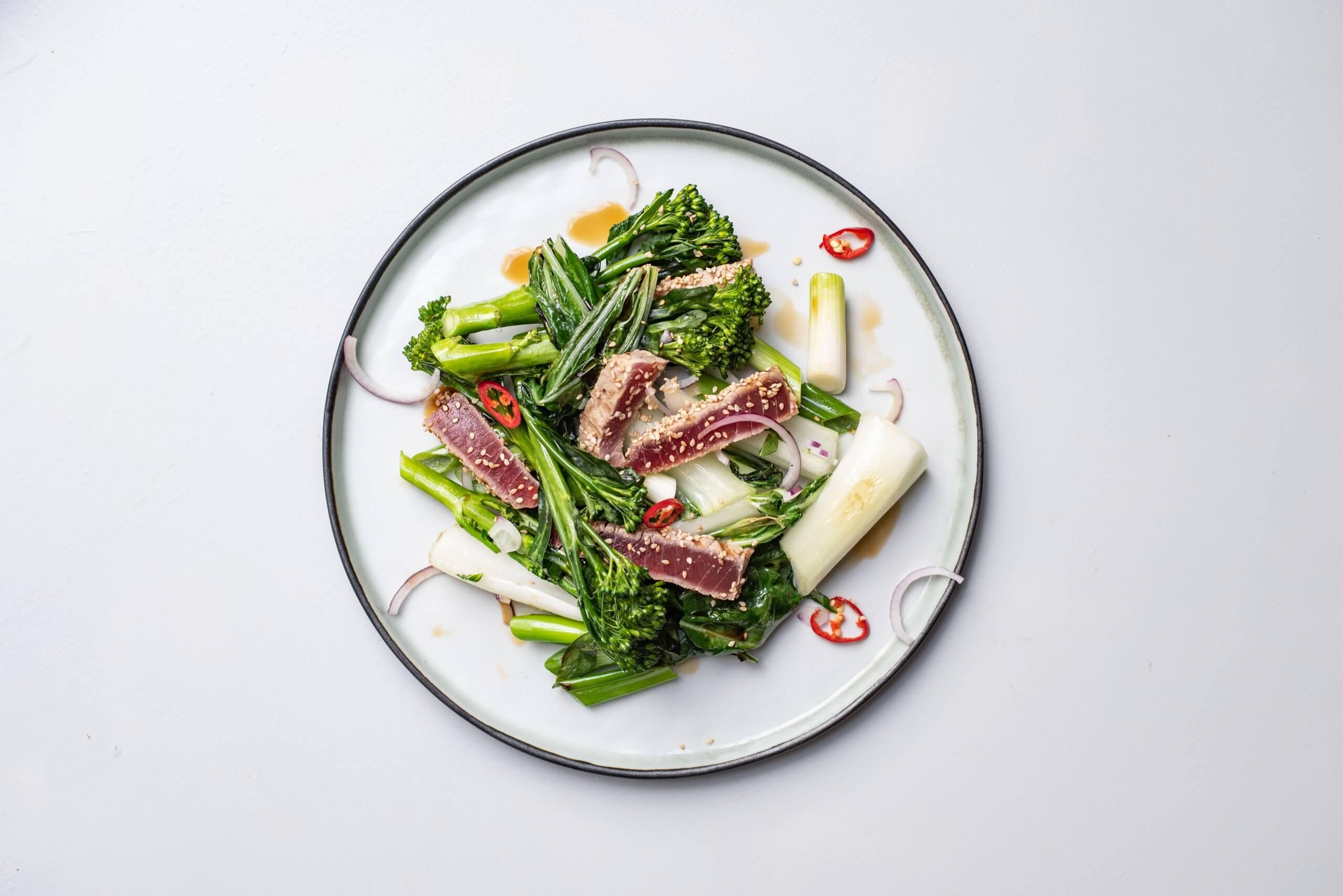 Gemarineerde tonijnmoot van de BBQ met warme oosterse salade