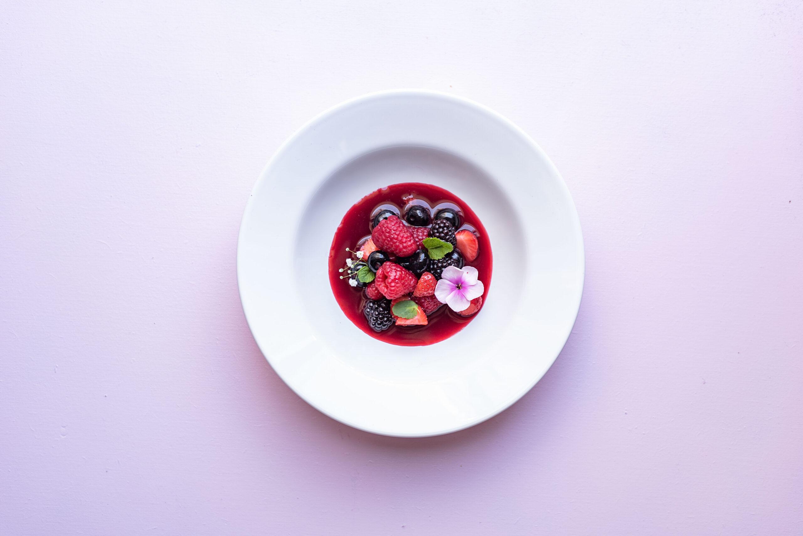 Zomerbowl met aardbeiensaus