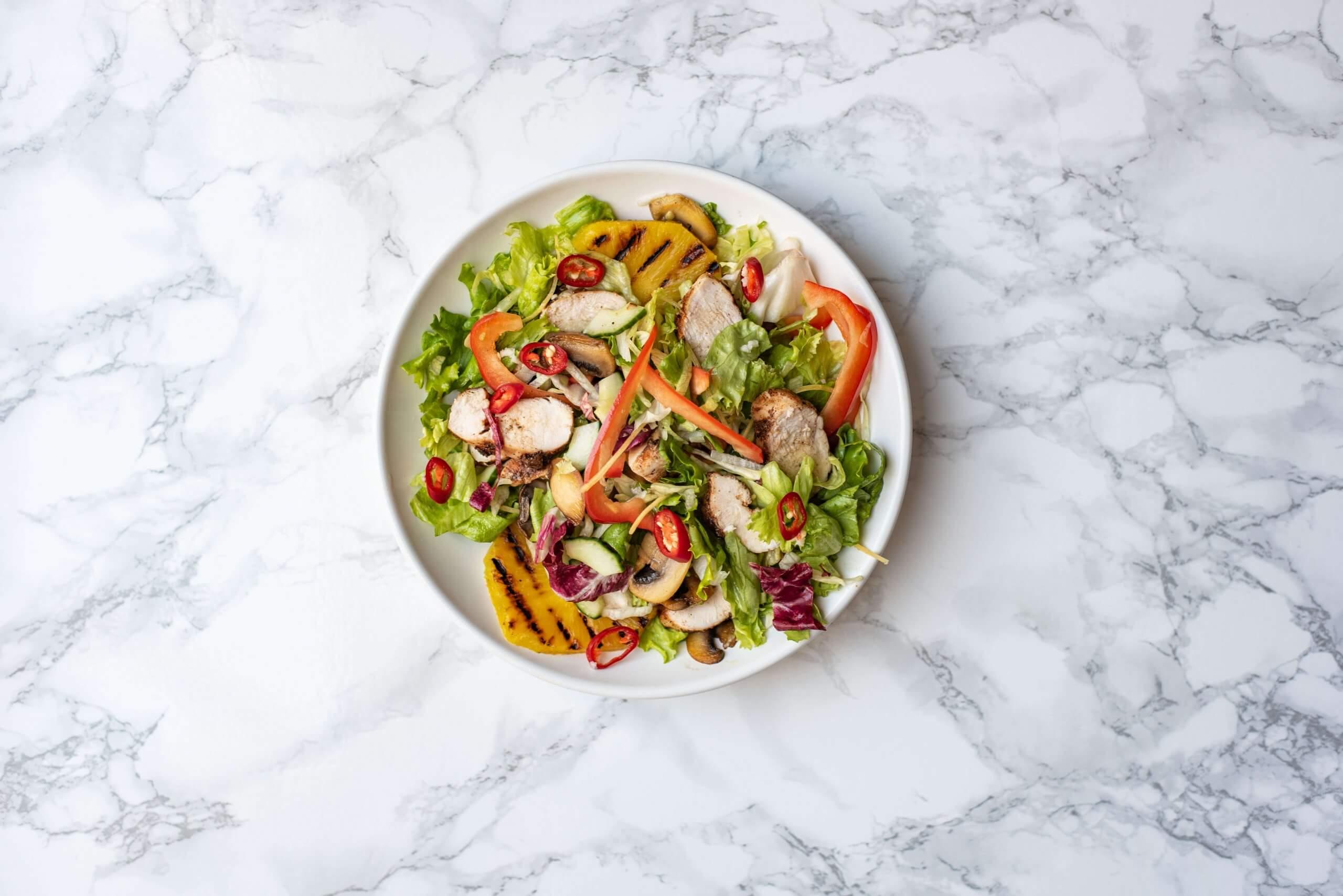 Pittige salade met kip en ananas
