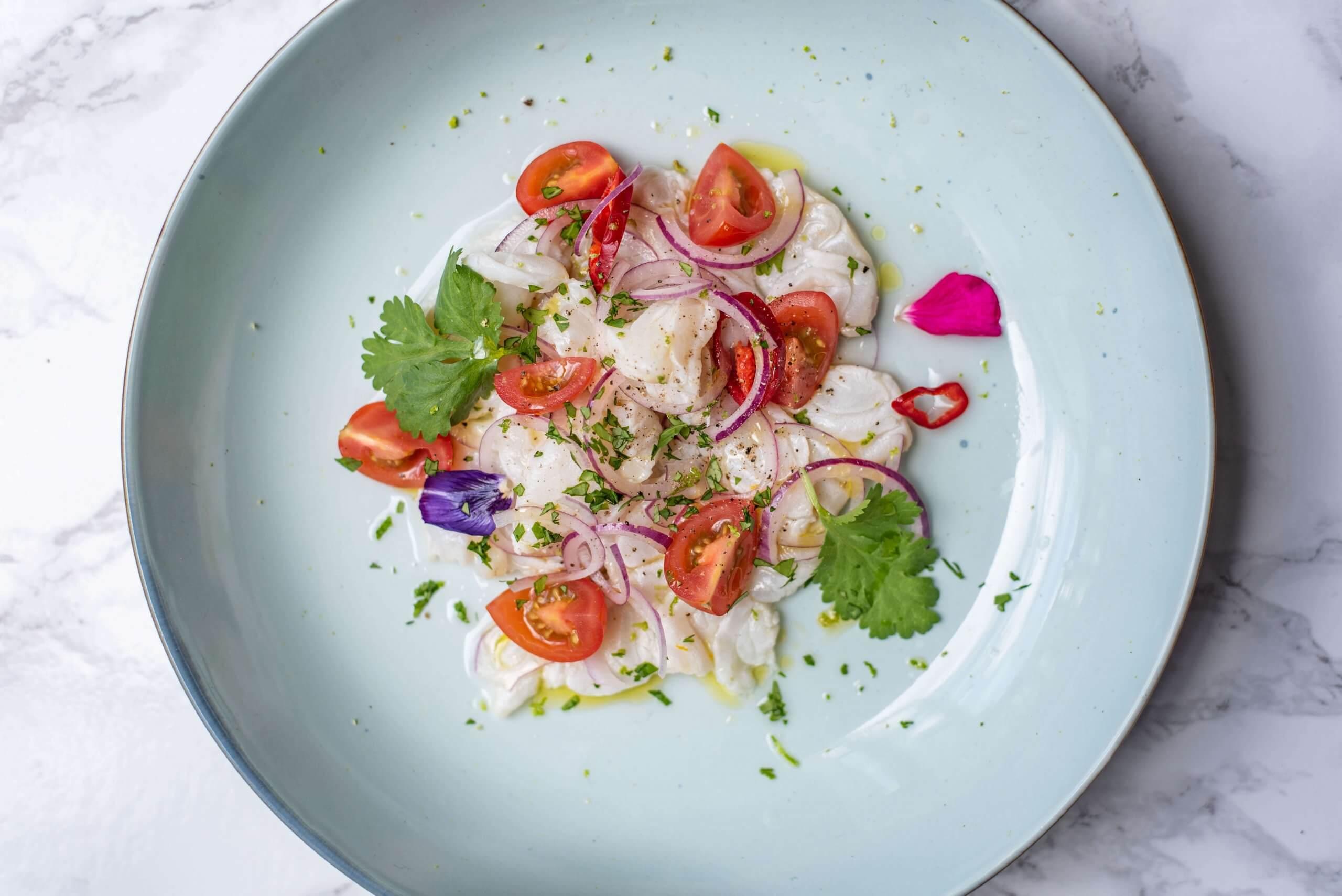 Ceviche van kabeljauw met tomaat en rode ui
