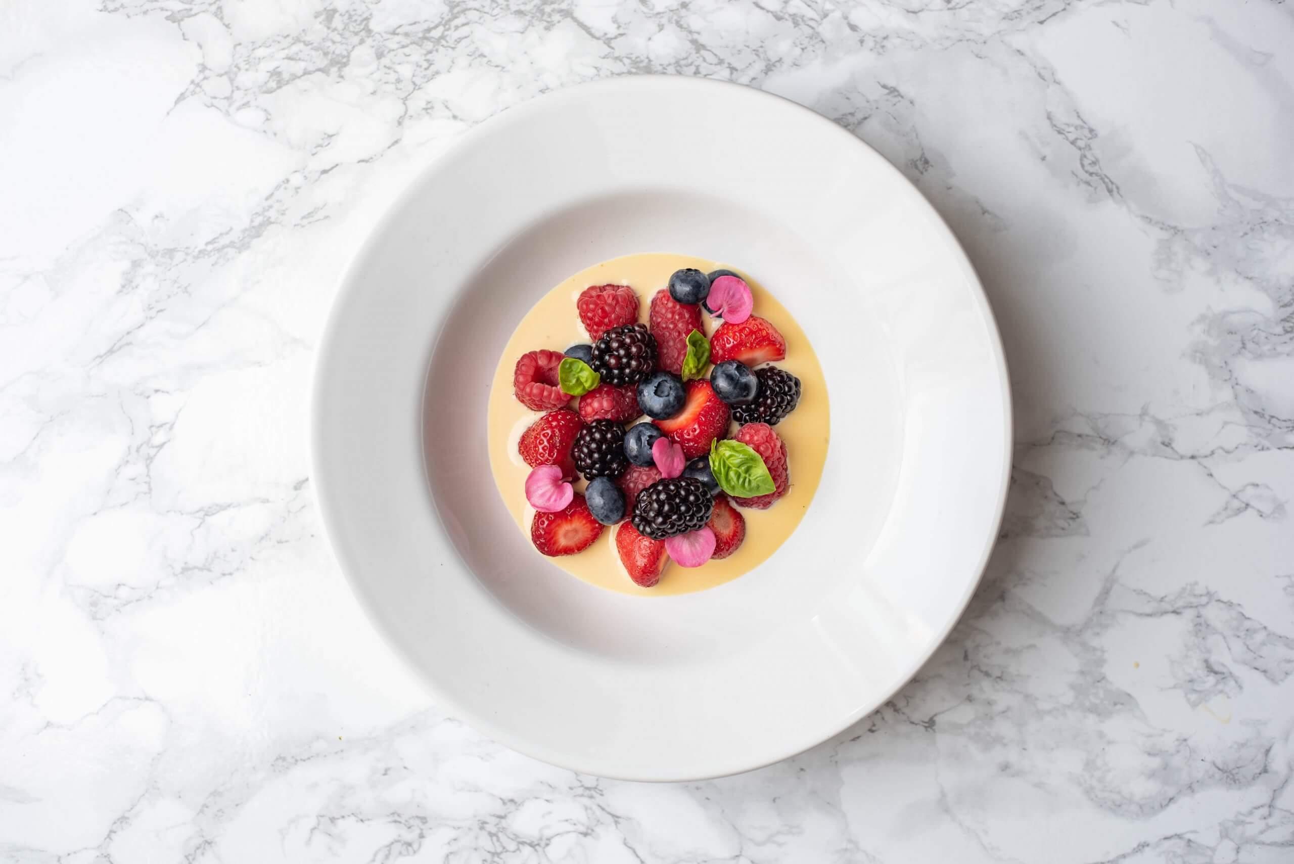 Roodfruit met vanillesaus
