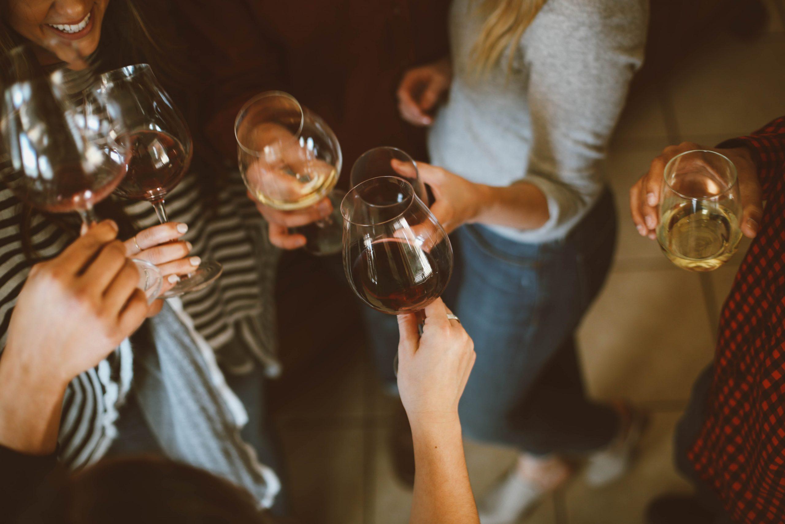 Waarom alcohol tot trek in vet eten leidt