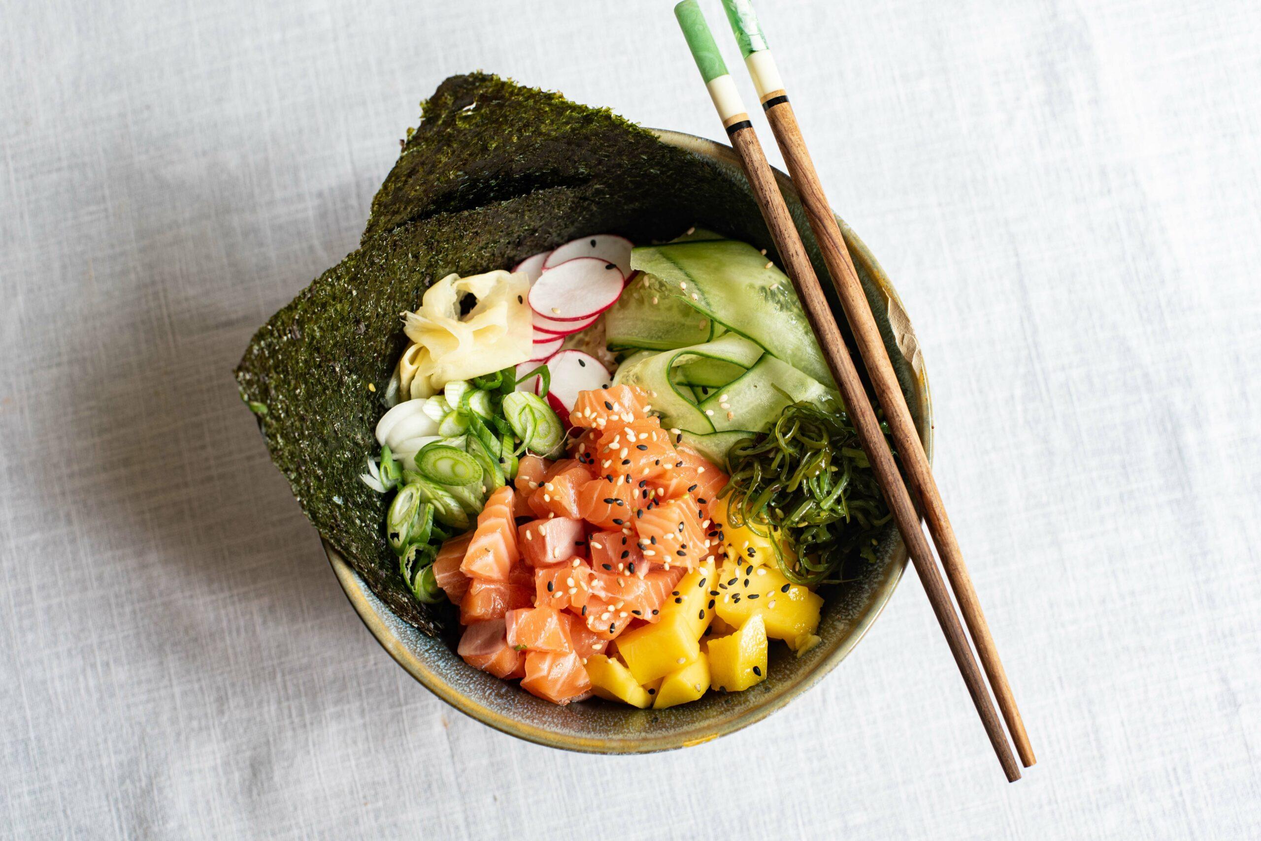Sushi in een kommetje met zalm