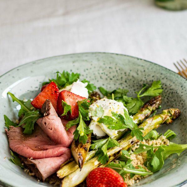 Groene asperges, mozzarella, aardbeien en rosbief